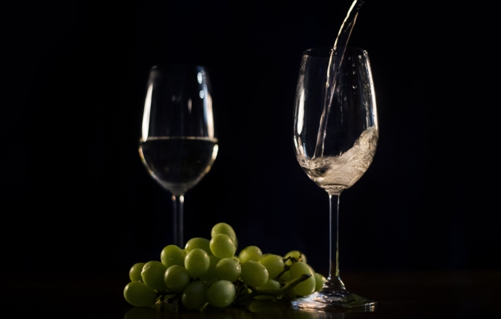 white-wine-pouring-with-grapes_4460x4460_730x466_acf_cropped-1